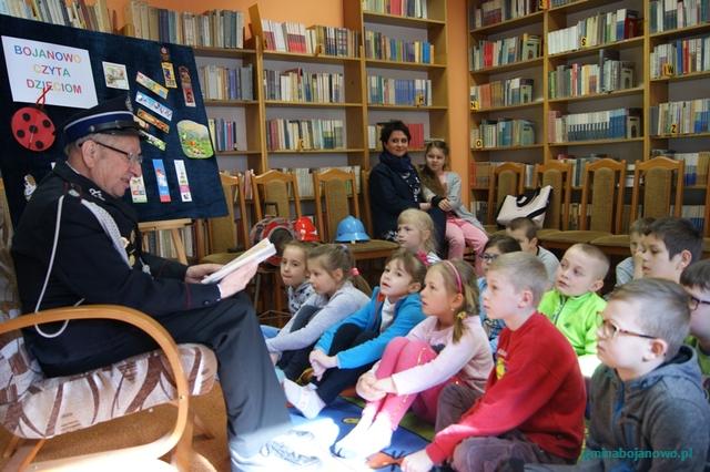 Literacko i po strażacku – w bibliotece czytał Pan Edward Gurdak