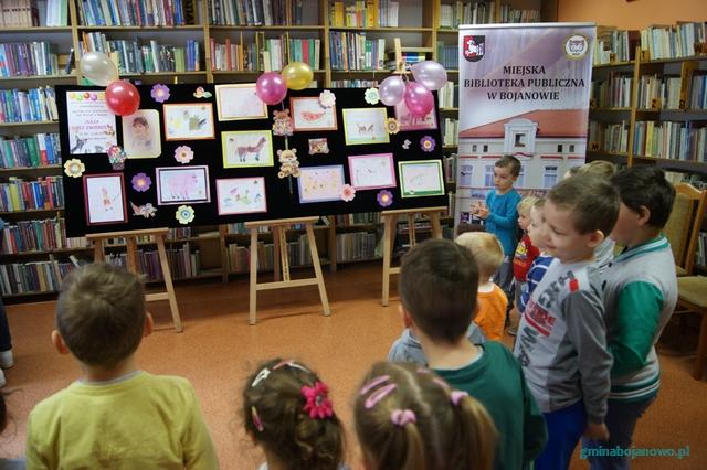 Przedszkolaki z Kawcza oglądały wystawę swojej koleżanki Julki Woroch